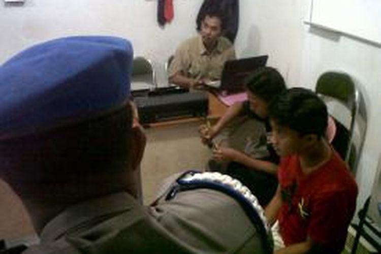 Polisi di Kabupaten Gowa, Sulawesi Selatan tengah memintai keterangan dua remaja yang salah satunya merupakan anak Kepala Kepolisian Sektor (Kapolsek) dan merupakan anggota geng motor yang terjaring membawa anak panah dan busur. Sabtu, (17/05/2014).
