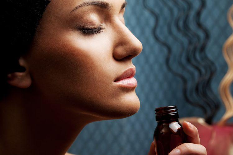 Ilustrasi mempercepat penyembuhan anosmia dengan minyak kayu putih.