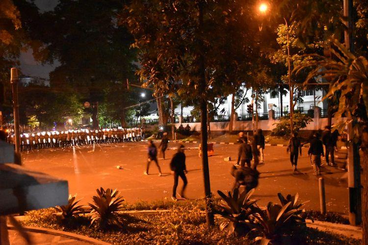 Demo menolak UU Cipta Kerja di Bandung, Jawa Barat, berujung ricuh, Selasa (6/10/2020).