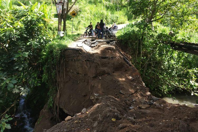 Kondisi jembatan ambruk menuju wisata Air Terjun Benang Stokel di Lombok Tengah, NTB, Minggu (31/3/2019).