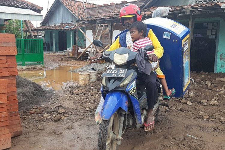 Tarmuji dan anaknya warga Desa Tegaldowo, Tirto, Kabupaten Pekalongan Jawa Tengah saat hendak berjualan roti keliling.(Kompas.com/Ari Himawan)