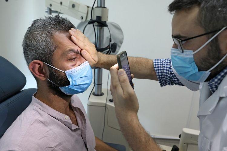 Maroun Dagher, pengembang web berusia 34 tahun yang kehilangan satu matanya akibat ledakan dahsyat 4 Agustus, menjalani pemeriksaan mata di Rumah Sakit Mata dan Telinga, sebelah utara ibu kota Lebanon, Beirut, pada 17 Agustus 2020.