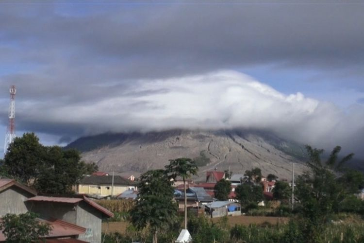 cctv erupsi sinabung , dan suasana sinabung tertutup kabut