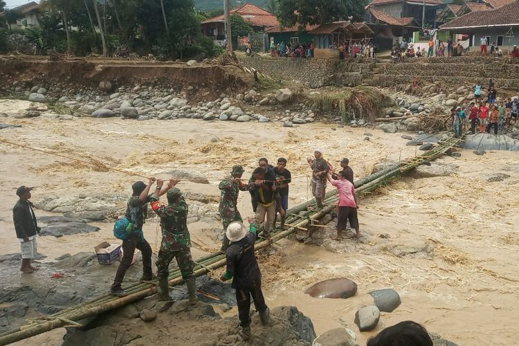 Sejumlah warga dan aparat melakukan evakuasi terhadap warga yang terisolir di empat kampung, Desa Sukamaju, Kecamatan Cigudeg, Kabupaten Bogor, Jawa Barat, Kamis (2/1/2020).