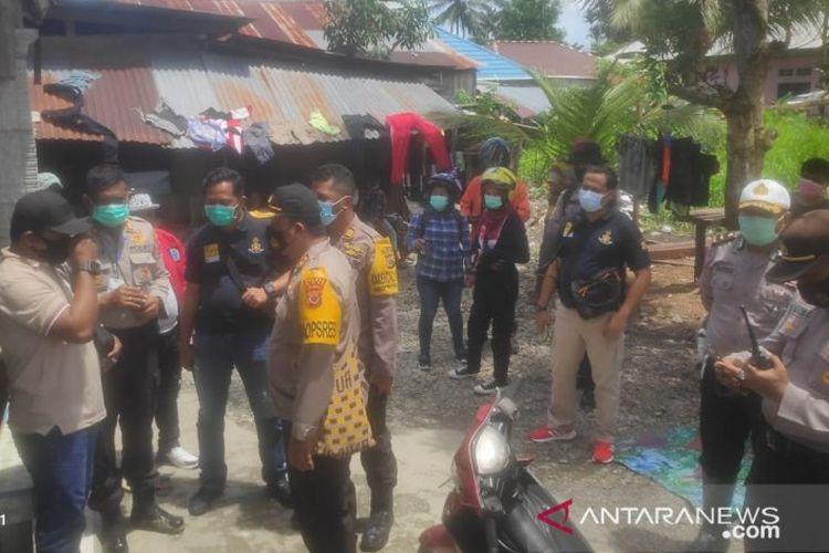 Kapolres Mimika AKBP IGG Era Adhinata mendatangi lokasi keributan antardua kelompok warga di RT 18, Kampung Nawaripi, Distrik Wania-Timika, Rabu (21/10/2020)