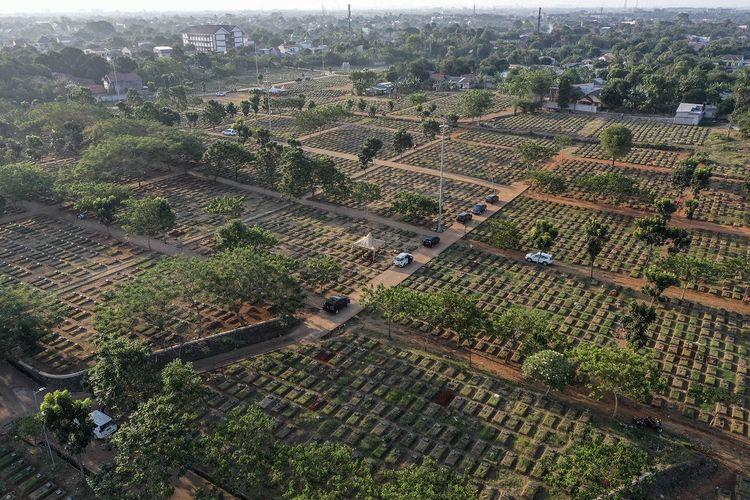 Suasana pemakaman TPU Pondok Ranggon,  di Jakarta, Selasa (8/9/2020). Petugas administrasi TPU Pondok Ranggon mengatakan saat ini jumlah makam yang tersedia untuk jenazah dengan protokol COVID-19 tersisa 1.069 lubang makam, dan diperkirakan akan habis pada bulan Oktober apabila kasus kematian akibat COVID-19 terus meningkat. ANTARA FOTO/Muhammad Adimaja/hp.