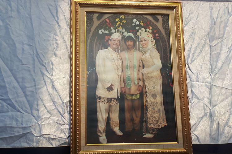 Foto keluarga Aulia Kesuma (AK) dan suaminya Edi Chandra Purnama alias Pupung Sadili (54) dan anak tirinya, M Adi Pradana alias Dana (23). Foto diambil di Polda Metro Jaya, Jakarta Selatan, Senin (2/9/2019).