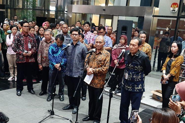 Wakil Ketua Komisi Pemberantasan Korupsi (KPK) Saut Situmorang (ketiga dari kiri) dalam konferensi pers di Gedung KPK, Jakarta, Kamis (12/9/2019).