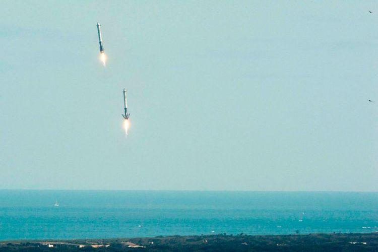 Dua roket pendorong Falcon Heavy mendarat di pesisir Florida sebelah selatan tempat peluncuran Kennedy