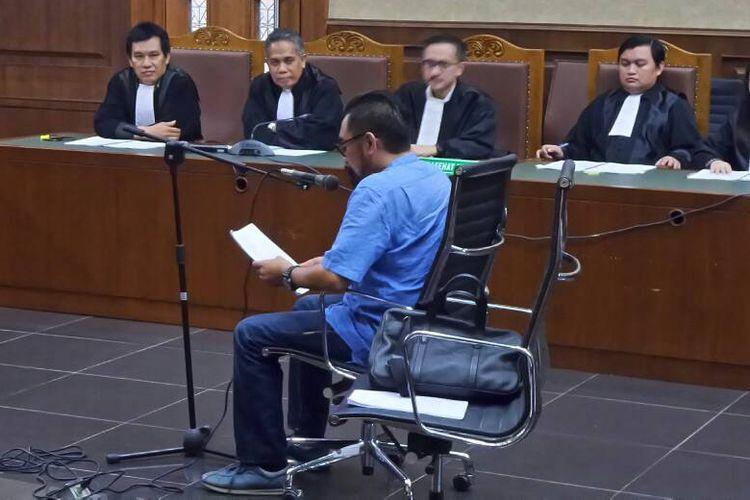 Andi Zulkarnaen Mallarangeng alias Choel Mallarangeng membacakan nota pembelaan di Pengadilan Tipikor Jakarta, Kamis (15/6/2017).