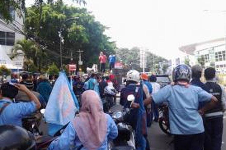 Ratusan buruh Tangerang yang tergabung dalam Konfederasi Serikat Pekerja Seluruh Indonesia (KSPSI) siap begabung dengan ribuan buruh lainnya sebelum berangkat demo di Jakarta, Kamis (1/5/2014).