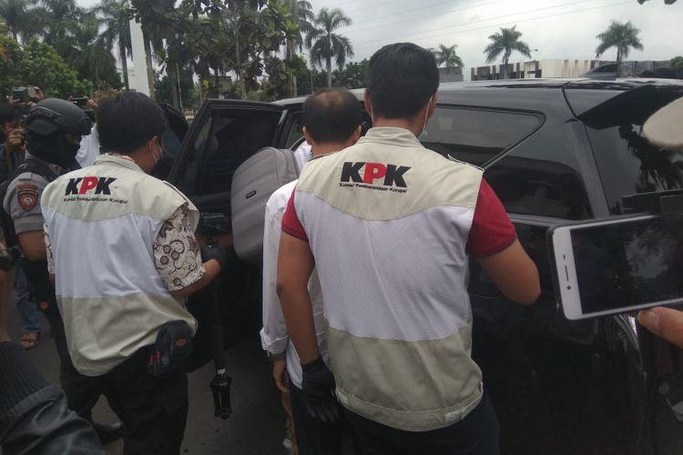 Sebagian Tim Penyidik KPK membawa Kepala Dinas PUPR Kota Tasikmalaya Adang Mulyana, ke mobil KPK, Rabu (24/4/2019).