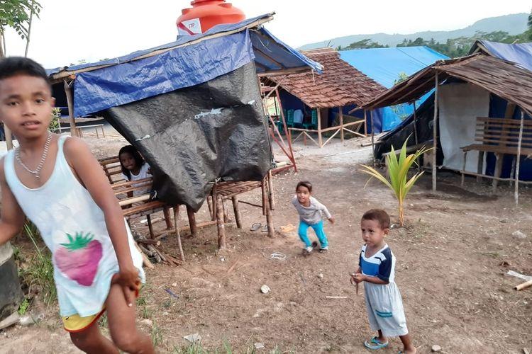 Anak-anak korban pengungsi di Desa Waai, Kecamatan Salahutu, Kabupaten Maluku Tengah bermain di lokasi pengungsian desa tersebut, Rabu (13/11/2019)