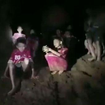 Detik-detik penyelamatan tim sepak bola remaja dan pelatih mereka yang hilang selama 9 hari di dalam goa, di Thailand. Mereka ditemukan pada Senin (2/7/2018). (Facebook/Thai Navy Seal)