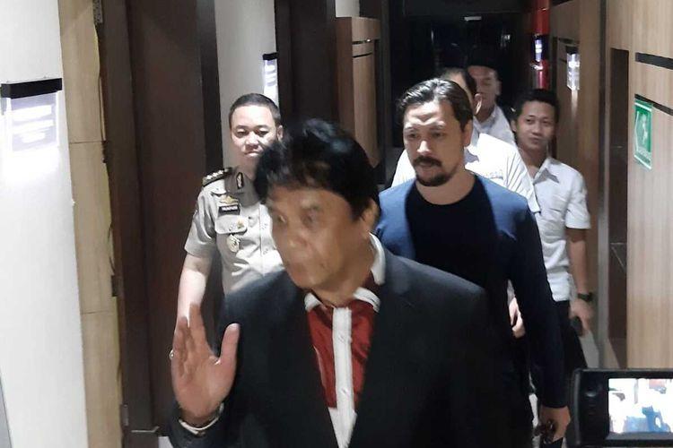 Ello dan penasihat hukumnya keluar dari ruang penyidikan Polda Jatim, Selasa (14/1/2020).