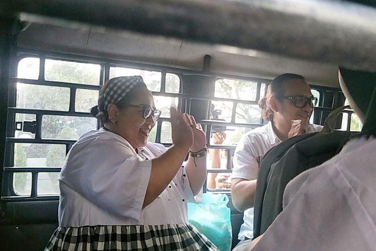 Komedian Nunung dan sang suami July Jan Sambiran saat meninggalkan Kejaksaan Negeri Jakarta Selatan, Kamis (12/9/2019).