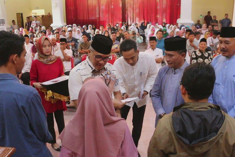 Pemerintah Daerah Kabupaten Cirebon menyerahkan piagam penghargaan dan santunan kepada perwakilan keluarga kedua belas anggota KPPS dan petugas keamanan di ruang paseban, Jumat (10/5/2019). Mereka meninggal dunia diduga karena kelelahan pasca menjalani tugas pemilu serentak lalu.