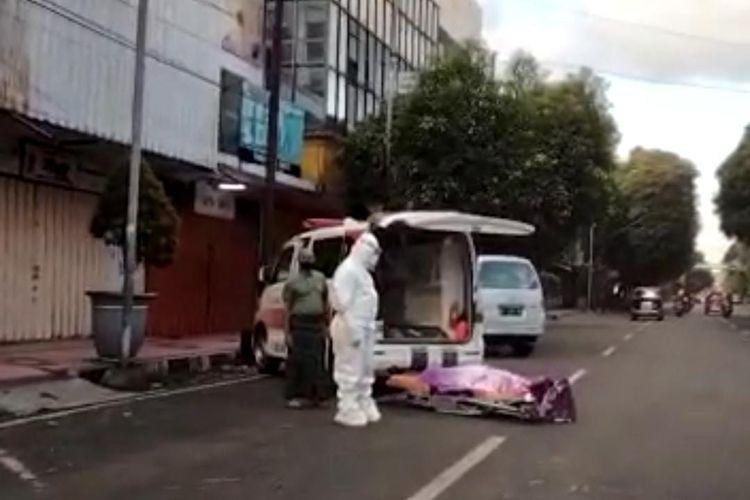 Tangkapan layar video jenazah warga yang ada di pinggir jalan Sultan Agung Kecamatan Kaliwates Kabupaten Jember