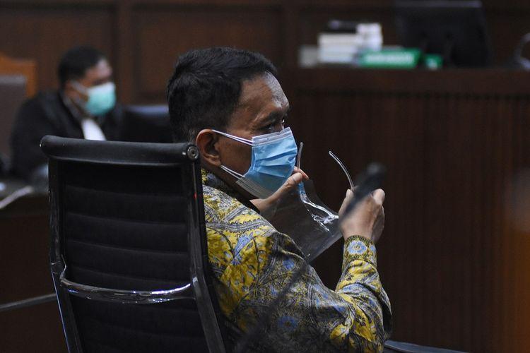 Terdakwa mantan Direktur Pemeriksaan dan Penagihan Ditjen Pajak Angin Prayitno Aji (kiri) menjalani sidang perdana di  Pengadilan Tipikor, Jakarta, Rabu (22/9/2021). Sidang beragenda pembacaan surat dakwaan bagi terdakwa mantan Direktur Pemeriksaan dan Penagihan Ditjen Pajak Angin Prayitno Aji dan mantan Kepala  Subdirektorat Kerja Sama dan Dukungan Pemeriksaan Ditjen Pajak Dadan Ramdani terkait kasus dugaan suap pemeriksaan perpajakan tahun 2016-2017 pada Direktort Jenderal (Ditjen) Pajak. ANTARA FOTO/Indrianto Eko Suwarso/foc.