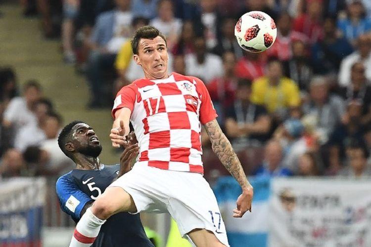 Mario Mandzukic memenangi duel melawan Samuel Umtiti dalam pertandingan final Piala Dunia 2018 di Stadion Luzhniki, 15 Juli 2018.