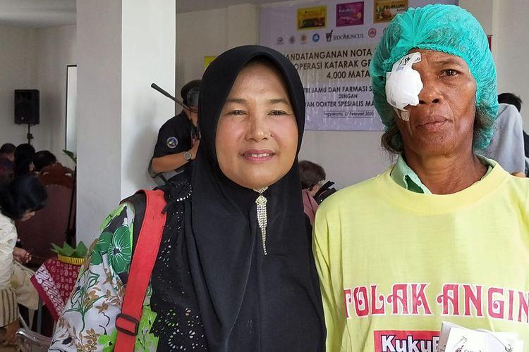 Murtinah bersama Mariatun, tetangganya yang setia menemani operasi katarak. Keduanya berboncengan dengan sepeda motor, menerobos dinginnya Kulon Progo yang masih gelap. Mereka menempuh jarak 26 kilometer dari kediamannya di Desa Garongan, Kecamatan Panjatan, Kabupaten Kulon Progo.