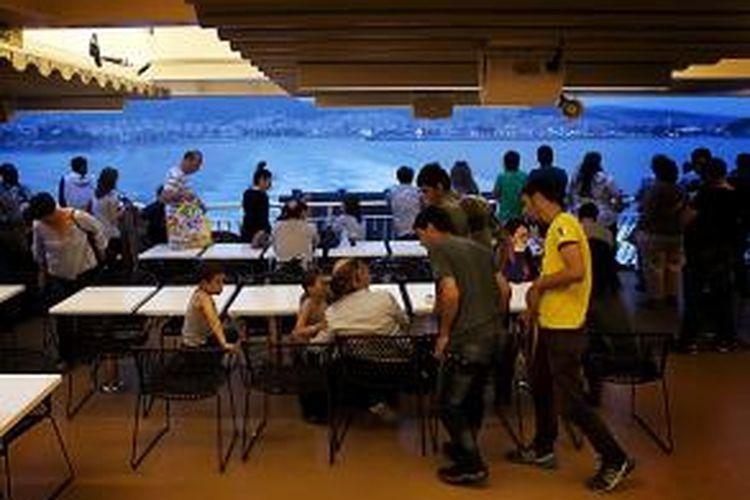 Sekelompok warga Suriah dalam sebuah ferry menuju Athena, Yunani.