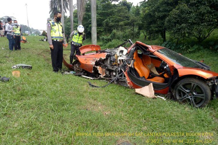Mobil sport McLaren rusak parah setelah mengalami kecelakaan tunggal di Tol Jagorawi, Kota Bogor, Minggu (3/5/2020).