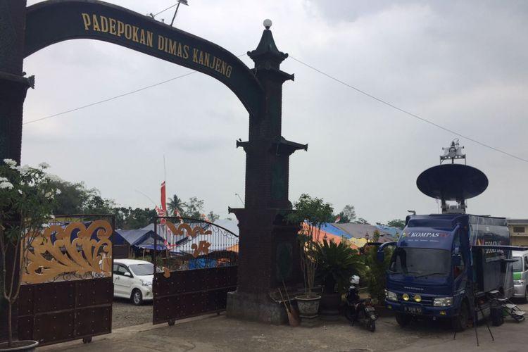 Ratusan pengikut Dimas Kanjeng masih tinggal di padepokan. Masyarakat minta ditutup.