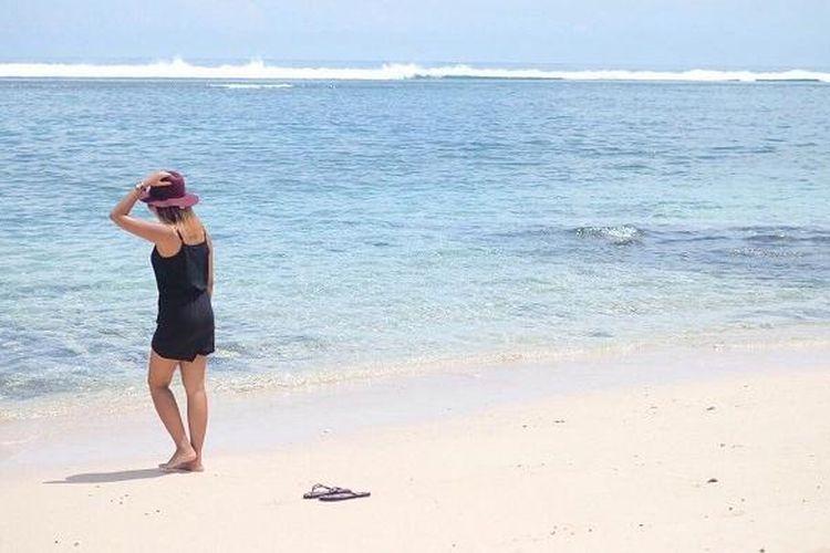Wisatawan nusantara sedang menikmati pesona Karma Beach Bali yang terletak di Desa Ungasan, Kecamatan Kuta Selatan, Kabupaten Badung, Bali, Minggu (6/3/2016) siang.