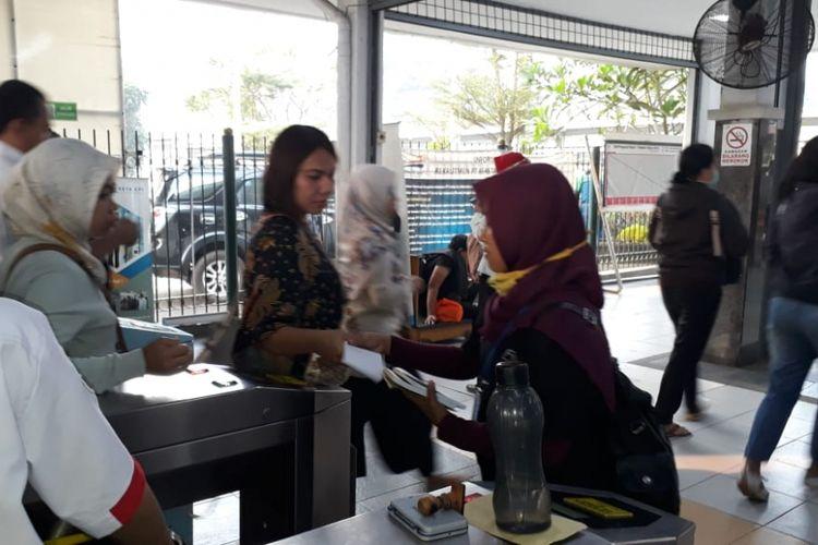Antrean panjang di Stasiun Bekasi, Senin (23/7/2018).