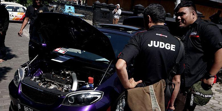 Para juri sedang mengecek mobil salah satu peserta BlackAuto Battle Warm Up Malang 2019, Sabtu (3/8/2019).