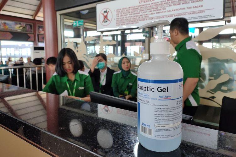 Tersedia hand sanitizer di bandara, Kamis (5/3/2020).