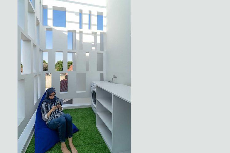 Cahaya melimpah di ruang terbuka karya KALA Architecture & Visual Design Studio.