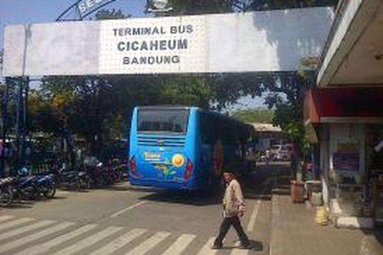 Memasuki H-5 Lebaran, Sabtu (3/8/2013), jumlah pemudik yang menggunakan moda transportasi bus umum di terminal Cicaheum kota Bandung dipastikan melonjak hingga 200 persen dari hari biasa.