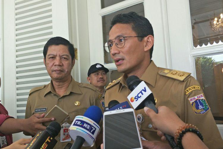 Rustam Effendi dan Wakil Gubernur DKI Jakarta Sandiaga Uno di Balai Kota DKI Jakarta, Jalan Medan Merdeka Selatan, Senin (6/11/2017).