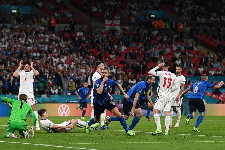Bek Italia Leonardo Bonucci (tengah) merayakan gol dalam pertandingan final Euro 2020 antara Italia vs Inggris di Stadion Wembley di London pada 12 Juli 2021.