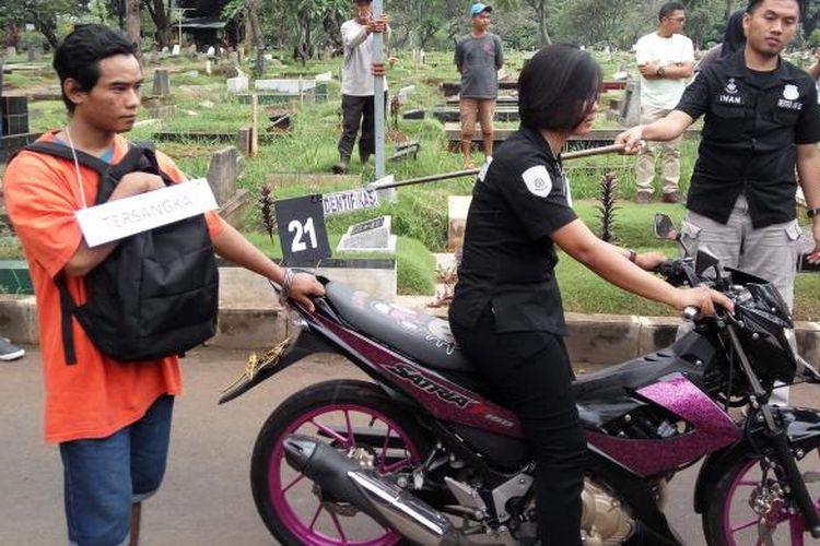 Proses rekonstruksi kasus pembunuhan wanita bertato di TPU Menteng Pulo, Jakarta Selatan pada Kamis (2/1/2017).