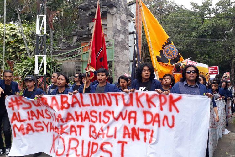 Aksi mahasiswa dan maayarakat Bali tolak revisi UU KPK di kantor DPRD Bali, Kamis (12/9/2019).