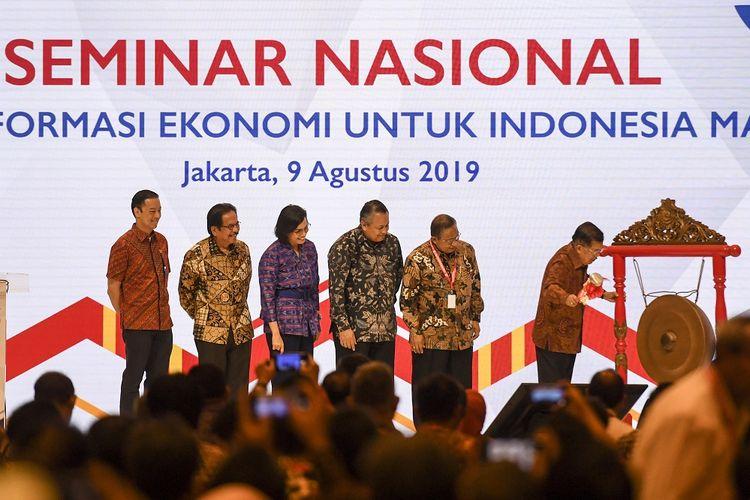 Wakil Presiden Jusuf Kalla (kanan) disaksikan Menko Perekenomian Darmin Nasution (kedua kanan), Menteri Keuangan Sri Mulyani (ketiga kiri), Gubernur BI Perry Warjiyo (ketiga kanan), Menteri ATR/Kepala BPN Sofyan Djalil (kedua kiri) dan Kepala BKPM Thomas Lembong  (kiri) memukul gong saat membuka seminar nasional perekonomian di Jakarta, Jumat (9/8/2019). Seminar nasional yang digelar dalam rangka perayaan ulang tahun ke-53 Kemenko Perekonomian itu mengusung tema Transformasi Ekonomi untuk Indonesia Maju. ANTARA FOTO/Hafidz Mubarak A/foc.