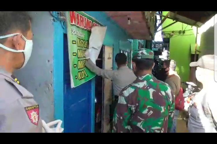 Aparat TNI-Polri bersama perugas jesehatan mendatangi pemukiman warga