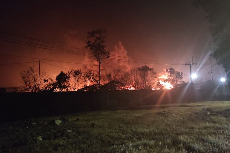 Kobaran api tangki minyak T-103 milik PT Pertamina (Persero) RU VI Balongan Indramayu yang kembali membesar pada pukul 20.10 WIB, Kamis (1/2/2021) malam. Kobaran api tersebut sempat mengeluarkan suara ledakan hingga dua kali dan terdengar oleh warga.