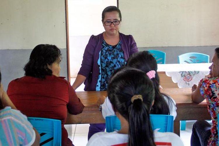 Citra Meiriana Wati sedang memberikan materi kepada warga belajar di PKBM Tunas Baru, Talaud, Sulut.