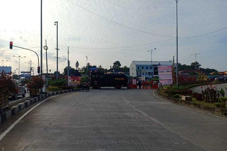 Kendaraan taktis yang disiapkan untuk penyekatan di Jalan ZA Pagar Alam, Rajabasa, Bandar Lampung.