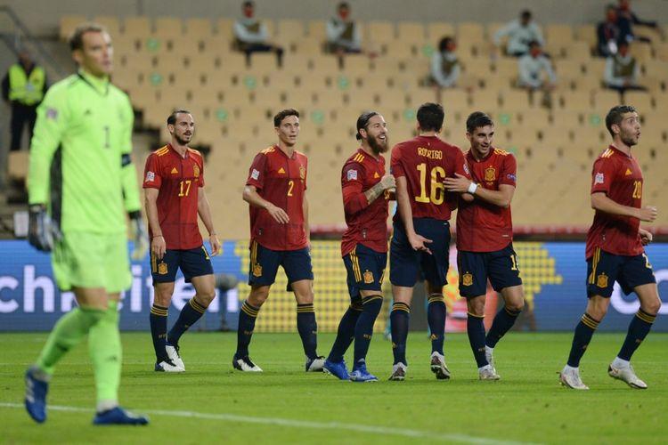 Para pemain timnas Spanyol merayakan gol Ferran Torres ke gawang Jerman pada laga pamungkas Grup A4 UEFA Nations League 2020-2021 di Estadio Olimpico de Sevilla, Selasa (17/11/2020) atau Rabu dini hari WIB.