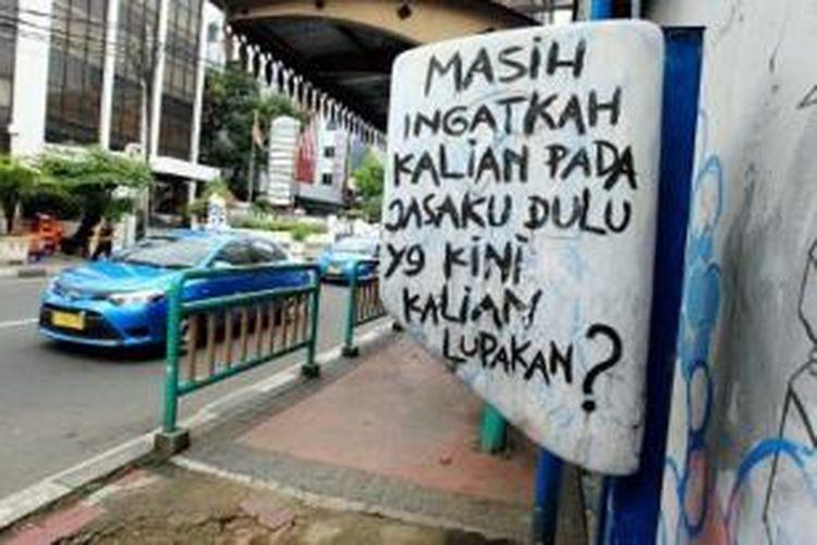 Telepon umum koin yang tampak tidak terawat dan gagangnya telah hilang terpasang di kawasan Rawa Belong, Jakarta Barat, Senin (30/12).