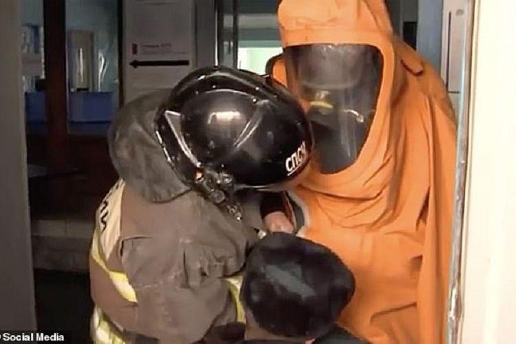 Potongan gambar video yang beredar di internet memerlihatkan dua petugas berpakaian hazmat memeriksa sampel air dari kolam renang di Astrakhan, Rusia. Sebanyak 30 tamu keracunan, dengan enam bocah kritis, karena kadar klorin di kolam itu 250 kali lipat lebih banyak.
