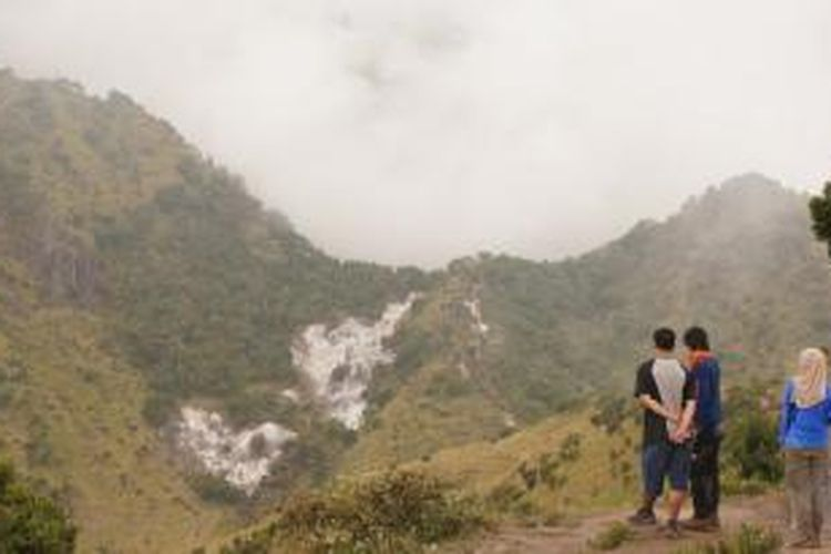 Para pendaki Mapala UI sedang memperhatikan jalur setelah Pos Pemancar, Gunung Merbabu, yang merupakan pertemuan Jalur Wekas dan Cunthel.