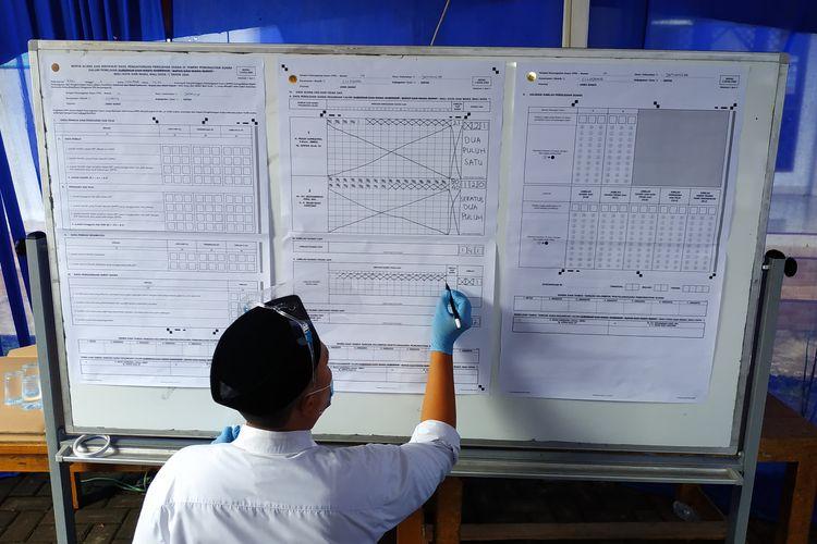 Hasil penghitungan suara Pilkada Depok 2020 di TPS 14 Jatimulya, Cilodong, tempat calon wali kota Depok petahana Mohammad Idris mencoblos, Rabu (9/12/2020) pagi.