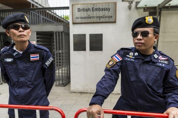 Polisi Thailand berjaga di kantor Kedutaan Besar Inggris di Bangkok.