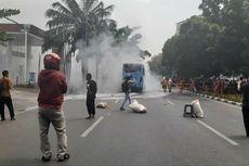 Mini Bus Transjakarta Terbakar di Depan Pom Bensin Basuki Rahmat